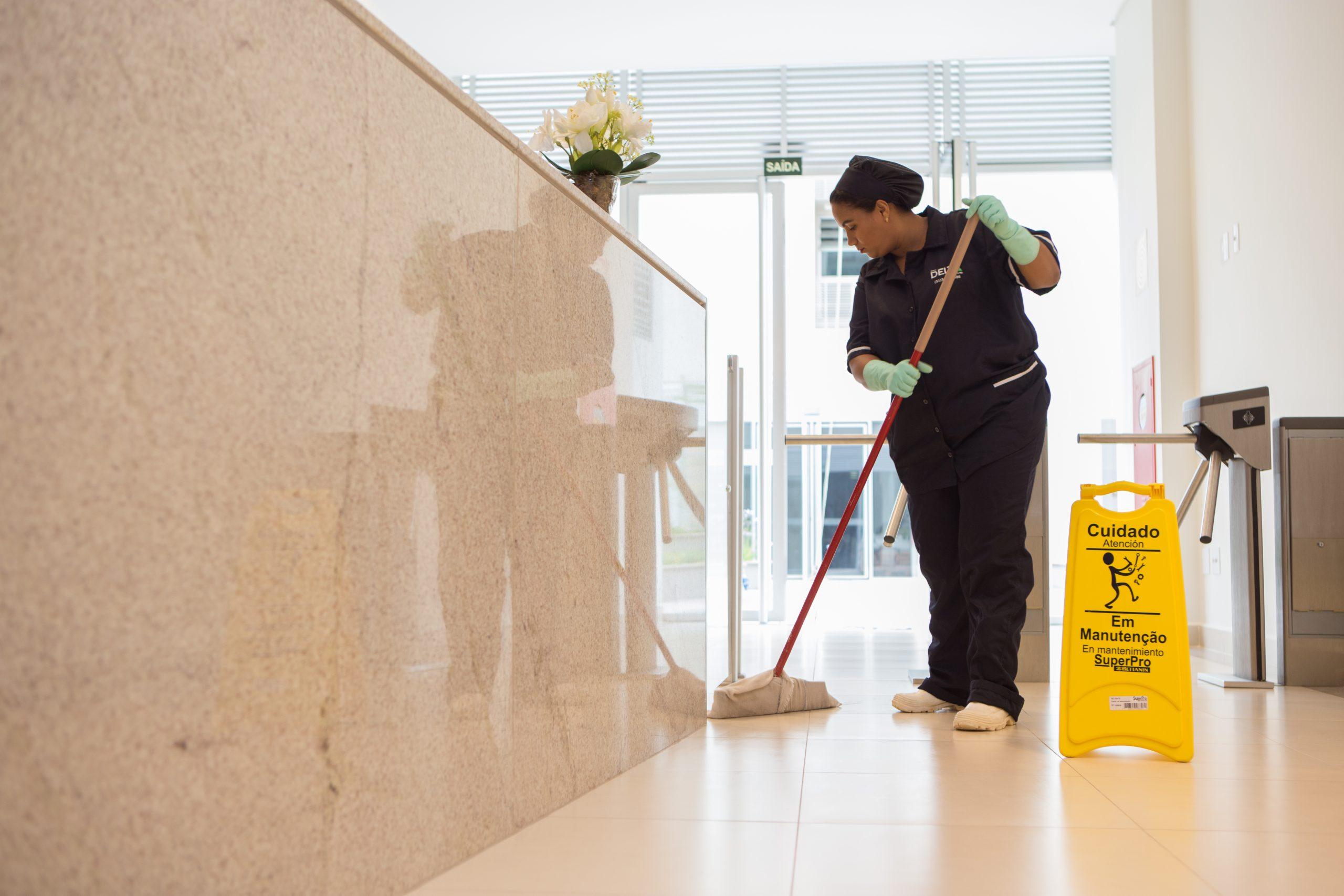 O que faz um agente de limpeza e conservação corporativa?